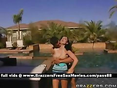 Amateur brunette chick outside in the pool gets a blowjob