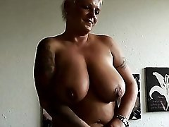 Chubby amateur milf at home to masturbate