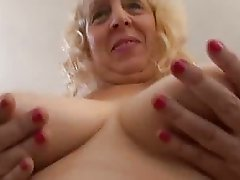 Mature woman gets a warm facial!